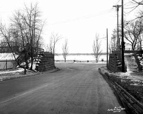 36th Strret approaching the southestern corner of Lake Calhoun. 1955. (Norton and Peel, Minnesota Historical Society)