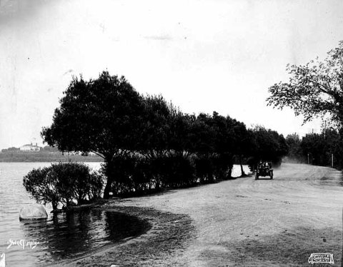 The end of Calhoun Parkway at the south end of Lake Calhoun in 1905. The road turned to the right, the future William Berry Parkway, connecting to Lake Harriet. (Minnesota Historical Society)