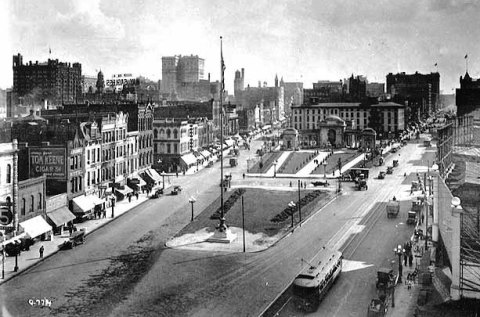 The Gateway 1918 at the intersection of Nicollet Avenue (left) and Hennepin Avenue (right). (Charles P. Gibson, Minnesota Historical Society)